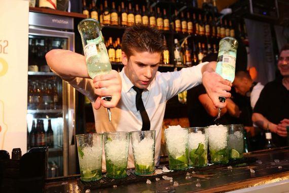 calle-ocho-mojito-barman